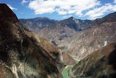 Curva di Omega, la prima curva sul fiume di Yang-c, Deqen, Cina Immagine Stock