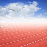 Curva di una pista e di un cielo blu correnti Fotografia Stock Libera da Diritti