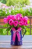 Curva do jarro do esmalte do ramalhete de Rosa Foto de Stock Royalty Free
