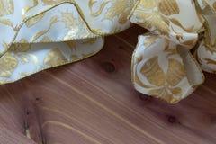Curva do Natal no ouro branco e metálico em um fundo de madeira Fotos de Stock