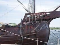 A curva do navio de navigação português velho do século XVI ancorou em Vila do Conde, Portugal foto de stock