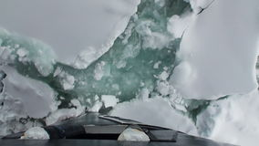 A curva do navio do quebra-gelo quebra o gelo Vista superior video estoque