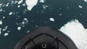 A curva do navio do quebra-gelo quebra o gelo Vista superior filme