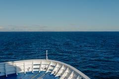 Curva do navio em um dia ensolarado imagem de stock royalty free