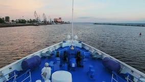 Curva do navio que navega acima do rio vídeos de arquivo