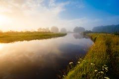 Curva do rio na paisagem do nascer do sol Névoa grossa sobre o rio imagem de stock royalty free