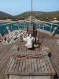 Curva dos navios com costa do seaand atrás Fotografia de Stock