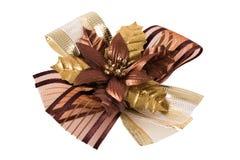 Curva dourada bonita da fita com sombra real no fundo branco Imagens de Stock Royalty Free