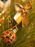 Curva e bola do Natal. fotografia de stock royalty free
