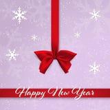 Curva e fita vermelhas do cetim no fundo roxo com neve e os flocos de neve de queda Cartão do ano novo feliz ilustração royalty free