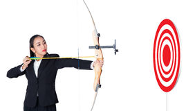 A curva e o tiro da terra arrendada da mulher de negócios ao tiro ao arco visam o sucesso Fotos de Stock