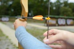 Curva e seta do tiro ao arco do close up Imagem de Stock