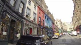 Curva e Victoria Street ocidentais de Edimburgo com as lojas coloridas na cidade velha, Edimburgo, Escócia filme