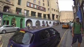 Curva e Victoria Street ocidentais de Edimburgo com as lojas coloridas na cidade velha, Edimburgo, Escócia video estoque