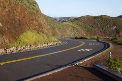 Curva en camino 15 MPH de las colinas de la suciedad del rojo Foto de archivo libre de regalías