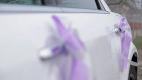 Curva feita de um despedida em portas do carro do casamento vídeos de arquivo