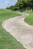 Curva il campo da golf verde di via e di bella scena della natura Fotografia Stock