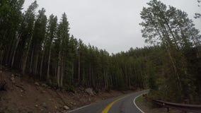 Curva lunga in montagne del Wyoming stock footage