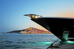 Curva luxuosa de Superyacht na noite com cidade Dalt Vila de Eivissa na Espanha de Ibiza foto de stock