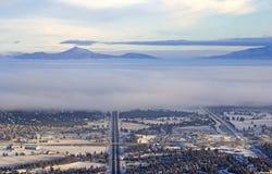 Curva Oregon de la opinión aérea del invierno de las carreteras y de las montañas Imagenes de archivo