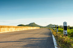 Curva stradale alla montagna con sole Fotografia Stock Libera da Diritti