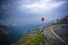 Curva stradale della montagna immagine stock