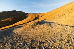 Curva stradale della montagna al tramonto Fotografie Stock Libere da Diritti