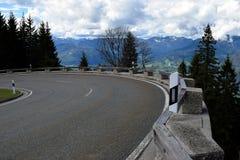 Curva stradale della montagna sulle alpi tedesche, Fotografia Stock Libera da Diritti
