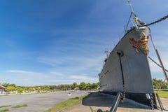 Curva velha do navio da chalupa de WWII com escultura HTMS Mae Klong de Garuda fotos de stock royalty free