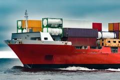 Curva vermelha do ` s do navio de recipiente da carga Foto de Stock Royalty Free