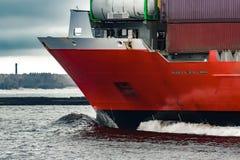 Curva vermelha do ` s do navio de recipiente da carga Fotos de Stock
