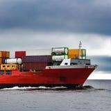 Curva vermelha do ` s do navio de recipiente da carga Foto de Stock
