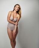 Curvaceous tragender Körperstrumpf junger Dame Lizenzfreie Stockbilder