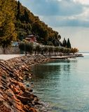 Curvando a costa de Garda imagens de stock
