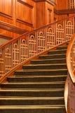 Curvando escadas com tapete verde imagens de stock