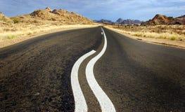 Curvando a estrada em Namíbia Foto de Stock