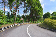 Curvando a estrada que vai para baixo Imagens de Stock