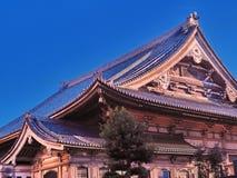 Curvando linhas japonesas do telhado do templo imagens de stock