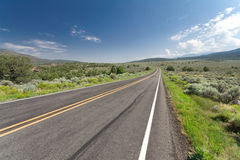 Curvar el camino de dos calles vacío New México los E.E.U.U. del desierto Foto de archivo libre de regalías