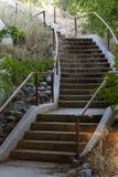 Curvar la escalera concreta en el parque público al aire libre Imagen de archivo libre de regalías