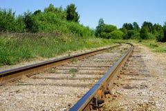 Curvar a linha ferroviária enrola sua maneira através das árvores e das florestas fotos de stock royalty free
