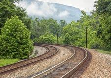 Curvar pistas de ferrocarril dobles foto de archivo libre de regalías