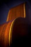 Curvas da guitarra na sombra fotografia de stock
