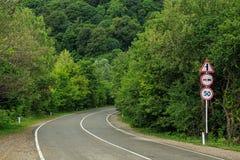 Curvas de la carretera con curvas a través del bosque imagen de archivo libre de regalías
