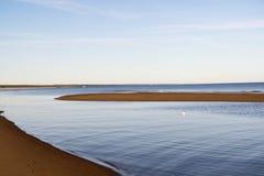Curvas de la costa costa por mañana del verano imagen de archivo libre de regalías