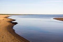 Curvas de la costa costa por mañana del verano foto de archivo