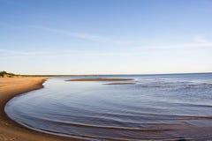 Curvas de la costa costa por mañana del verano foto de archivo libre de regalías