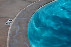 Curvas de la piscina Fotos de archivo libres de regalías
