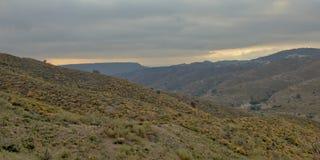 Curvas de las montañas y de los valles de Sierra Nevada en un día nublado imágenes de archivo libres de regalías