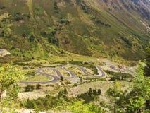 Curvas de un camino en la montaña Fotografía de archivo